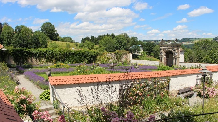 Blick in den Paradiesgarten mit Muschelgrotte
