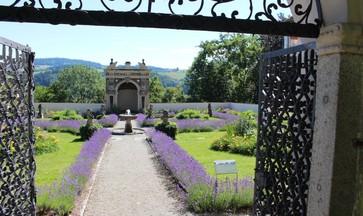 Blick zur Muschelgrotte durch das Tor zum Paradiesgarten